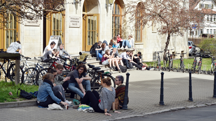 Studierende vor dem Max-Wien-Platz